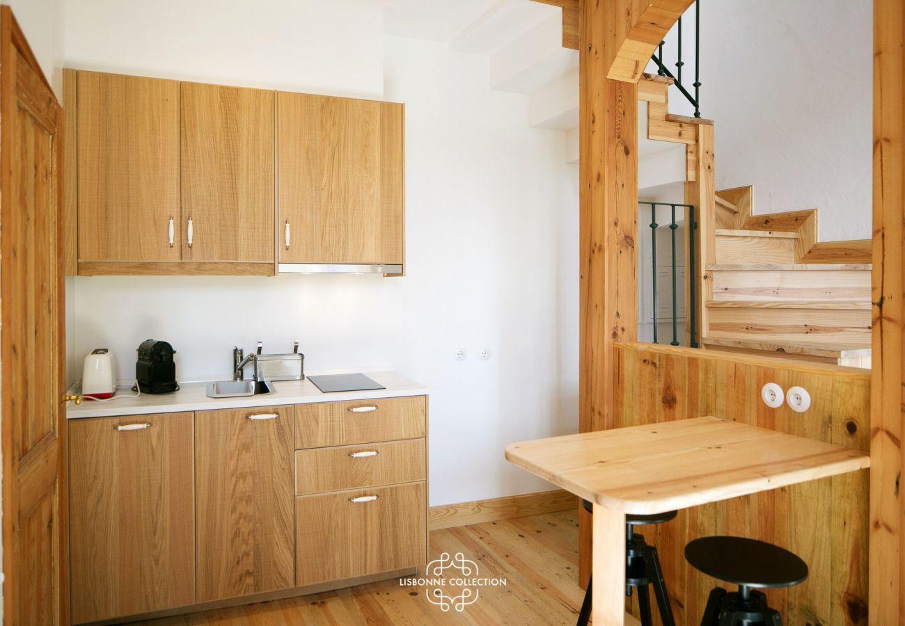 Grande cozinha típica de Lisboa em madeira totalmente equipada
