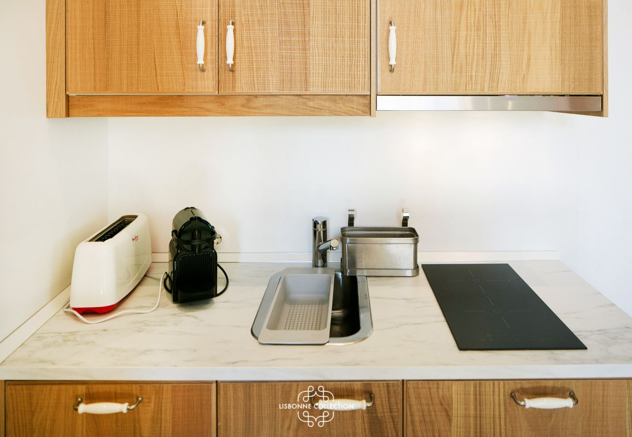 Bancada da cozinha com fogão elétrico, torradeira e cafeteira