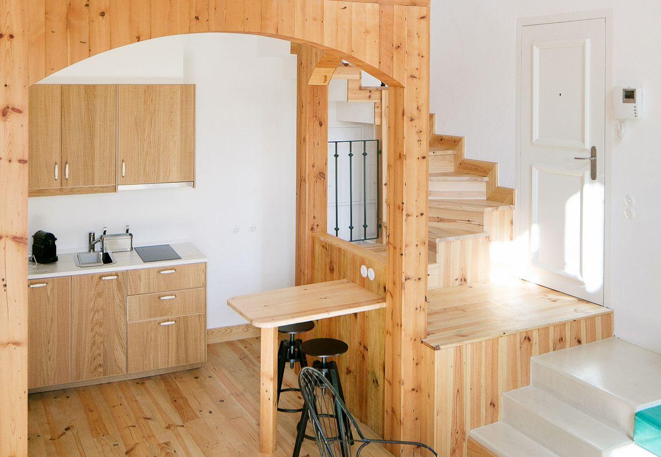 Cozinha rústica totalmente equipada com acesso ao piso