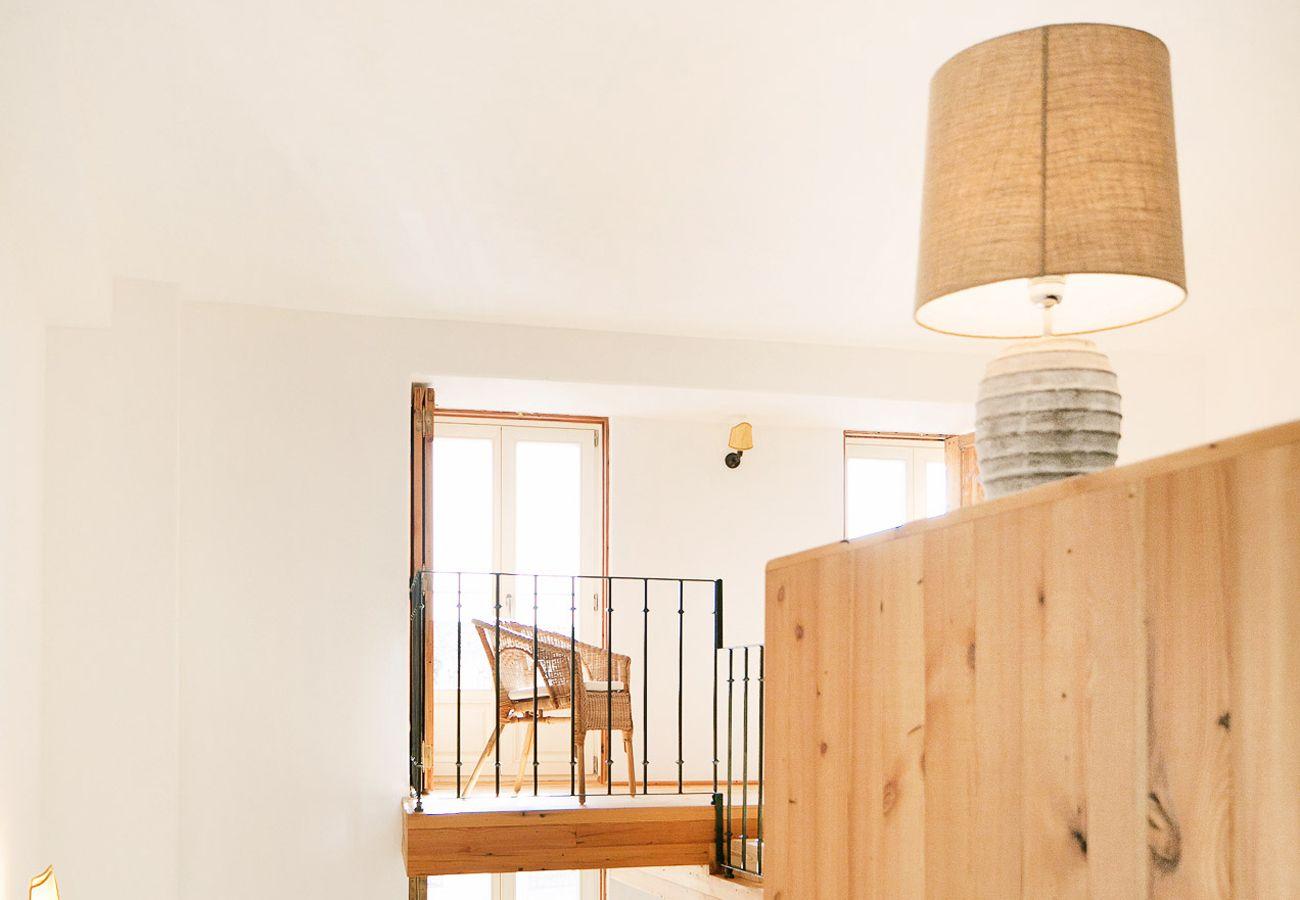 Varanda mezanino com vista para a sala de estar e cozinha