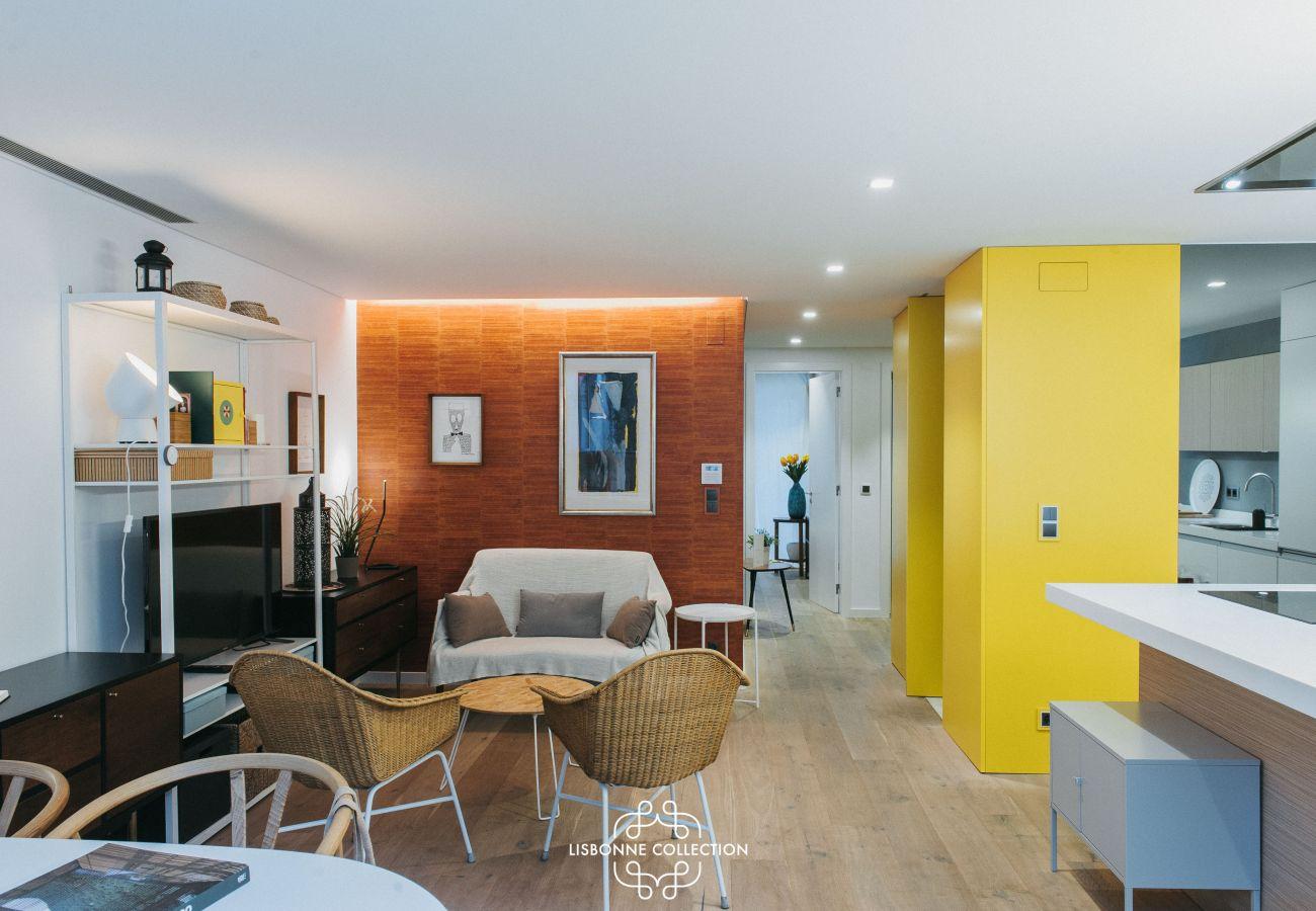 Salão Hall-to-eat e cozinha colorida totalmente equipada com forno de microondas