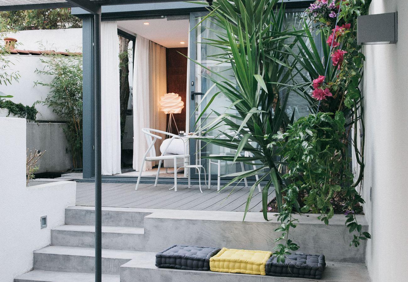 Grande, brilhante e luxuosa cozinha com ilha central e cadeiras de bar