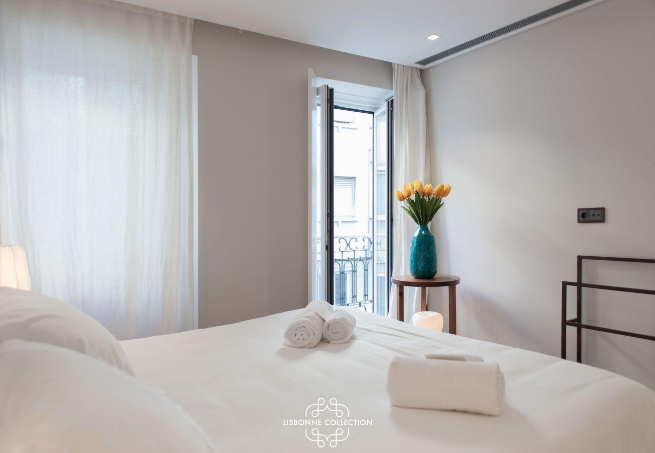Terraço com decoração contemporânea conecta as 2 partes do apartamento para alugar