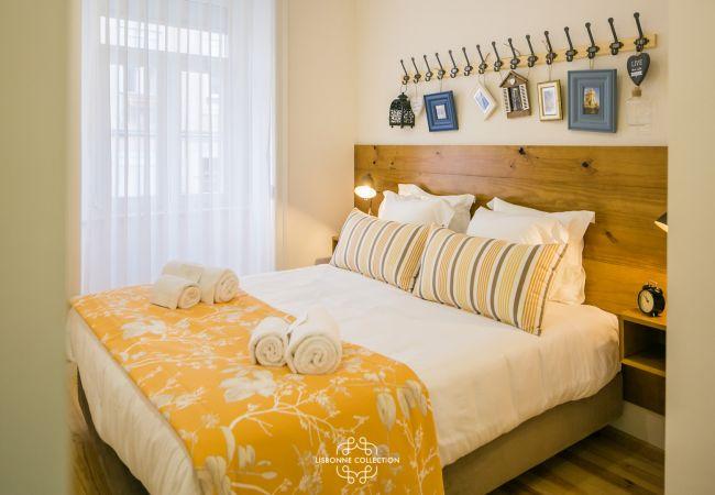 cama de casal com decoração e um friso de cabide