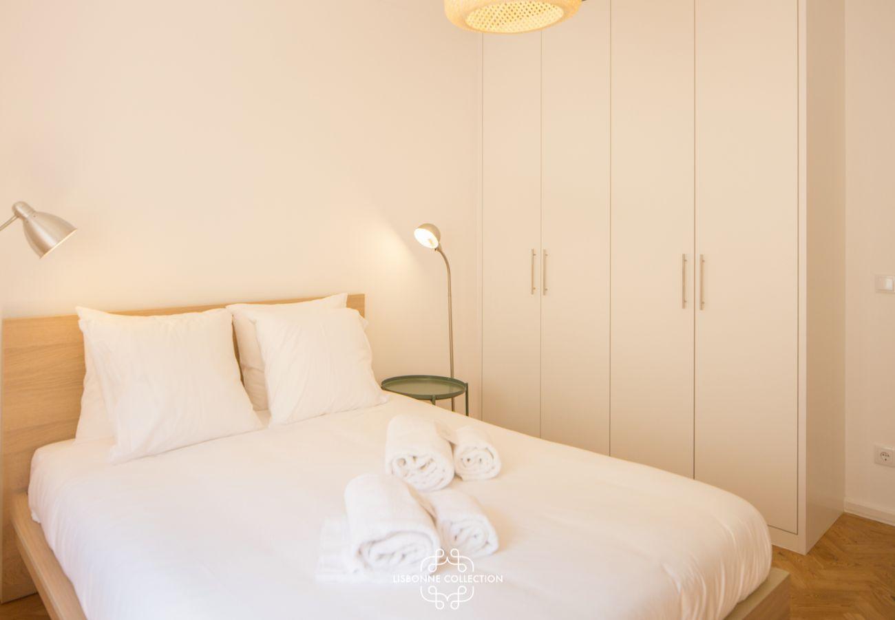 Grande quarto luminoso com cama de casal para adultos