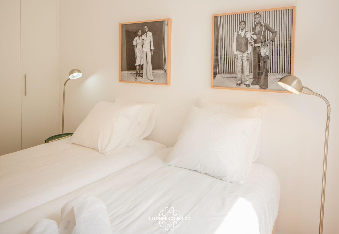 Sala ampla com decoração sóbria e branca