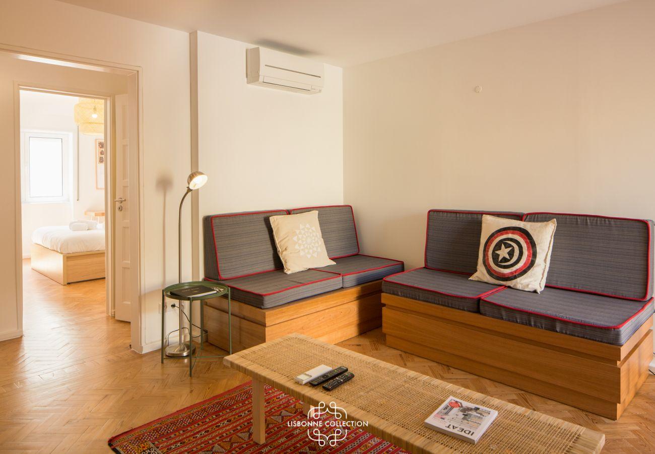 Grande sala de estar com acesso aos 2 quartos e cozinha