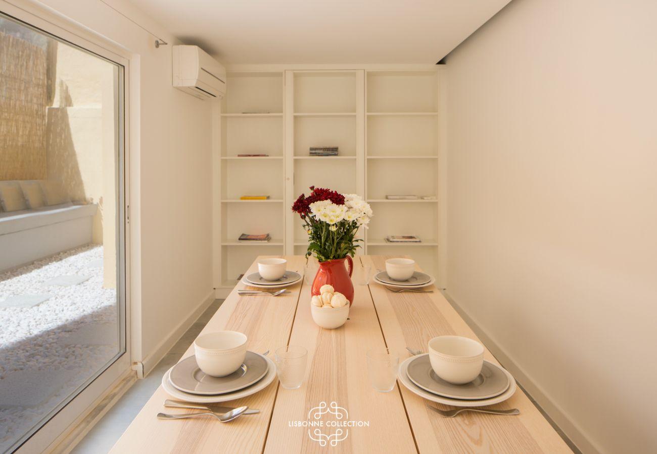Grande sala de jantar com janela de sacada com vista para o acesso ao ar livre