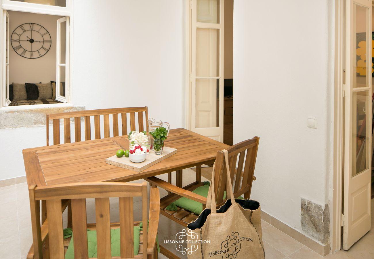 mesa para jantar e abertura nos outros quartos do apartamento