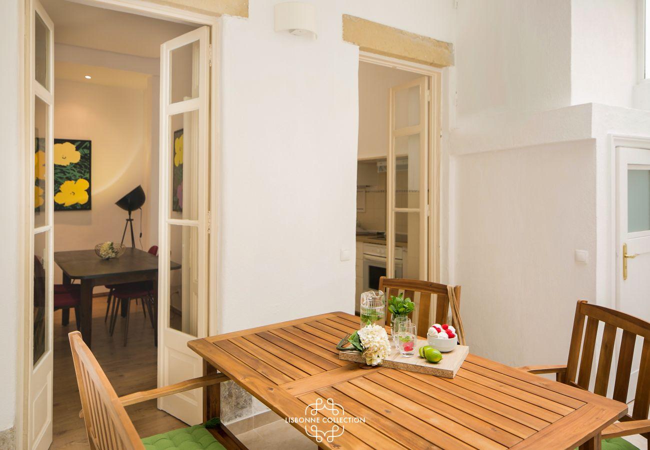 varanda da sala de jantar com mesa e cadeiras de madeira