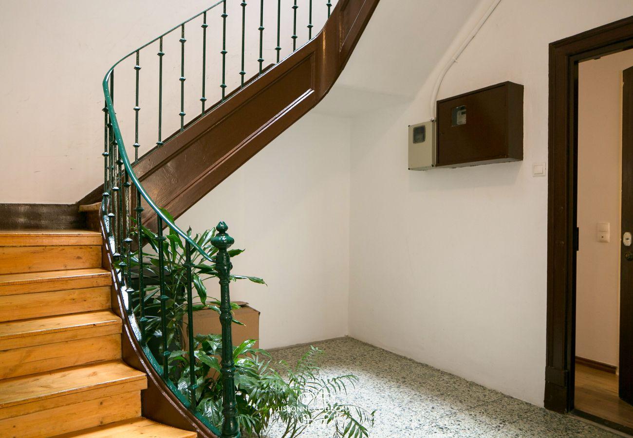 escada do prédio onde o apartamento é alugado