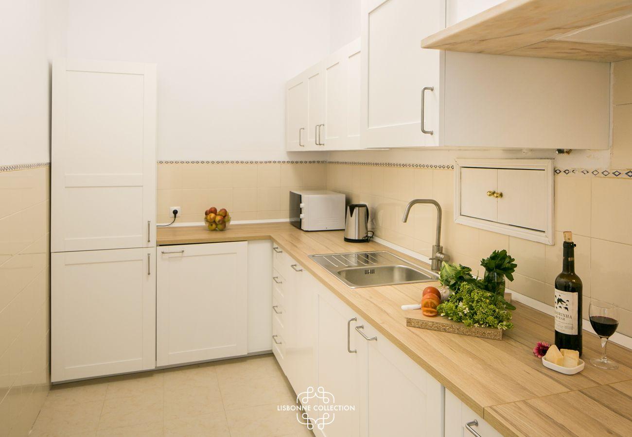grande cozinha brilhante com bancada de madeira e garrafa de vinho