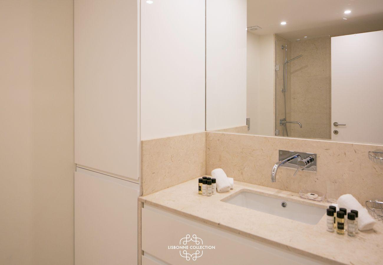 casa de banho totalmente equipada com vaidade de mármore
