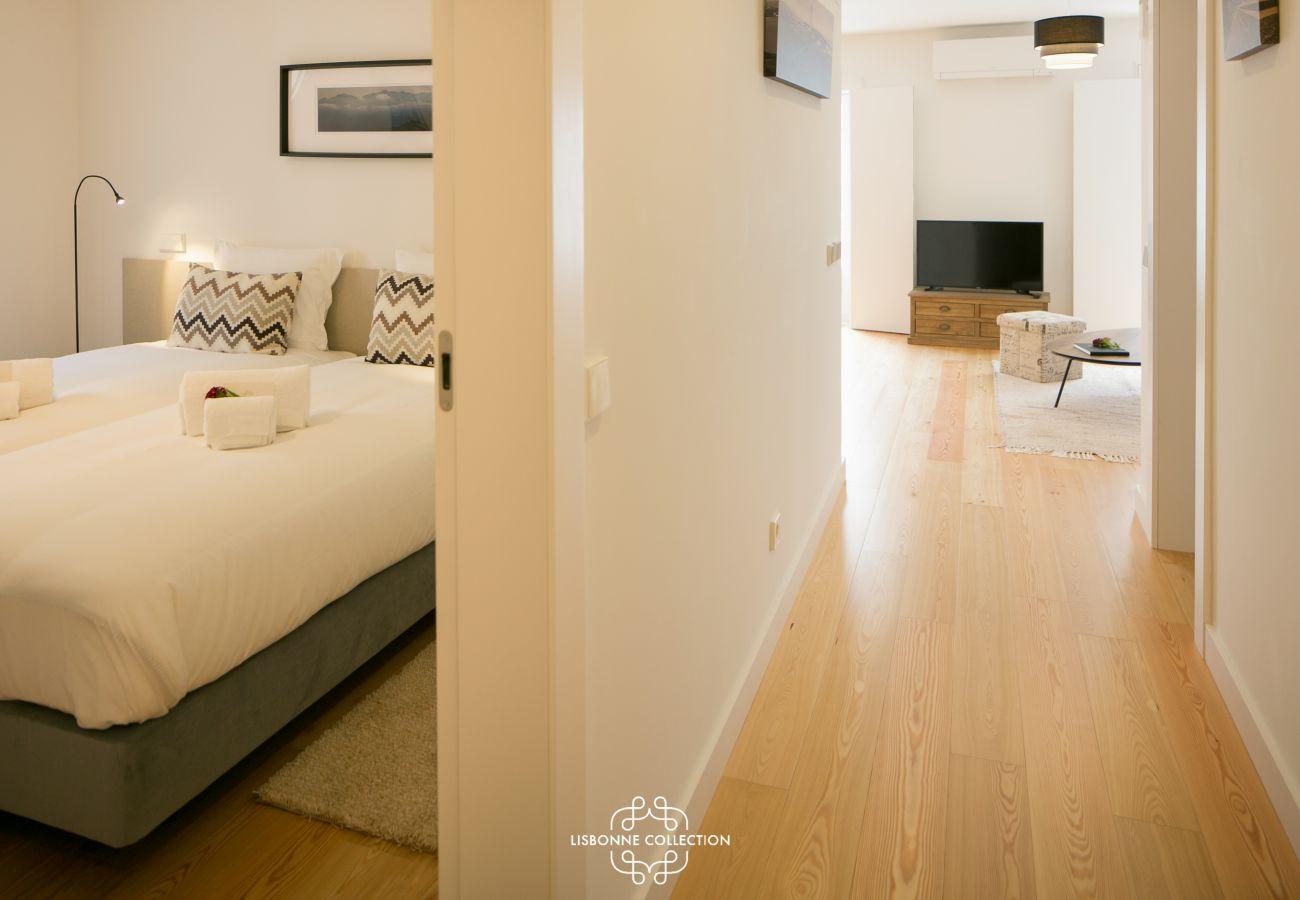 Corredor principal com acesso à sala de estar e quarto