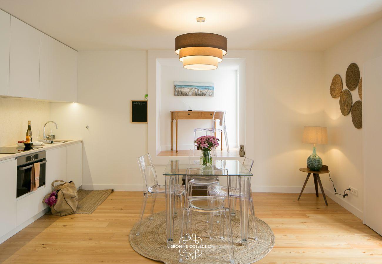 Cozinha de jantar branca com pequena mesa no fundo da sala