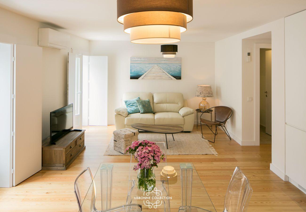 Sala de estar do apartamento com uma suspensão laranja