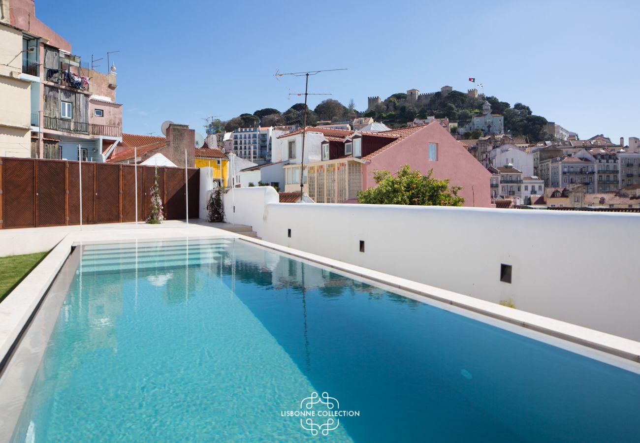 Piscina ensolarada que faz você querer nadar durante todo o verão