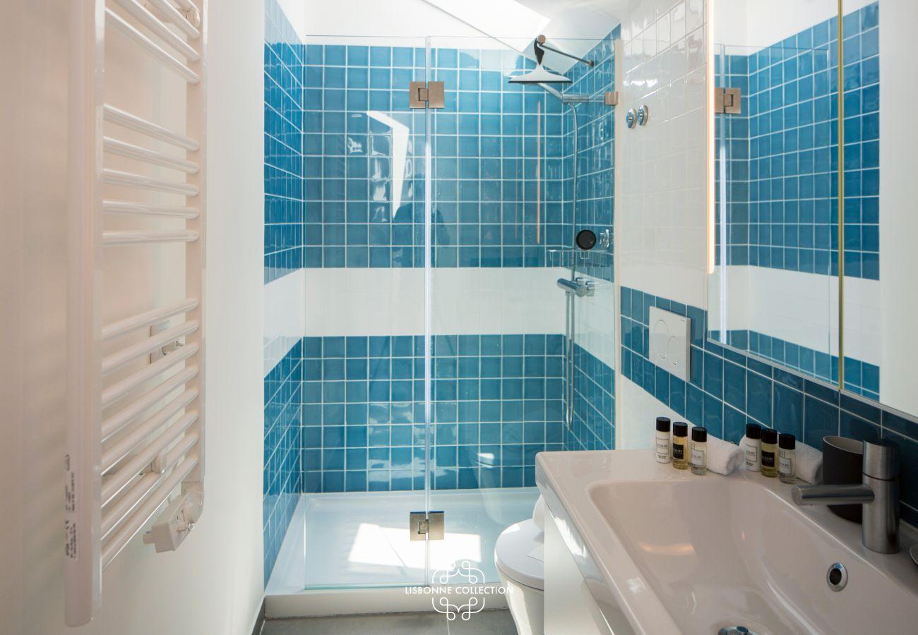 banheiro com banheira na cor azul