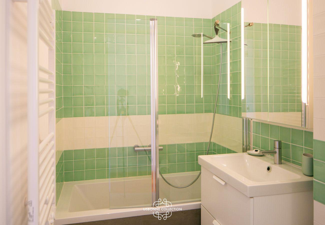 banheiro com banheira verde