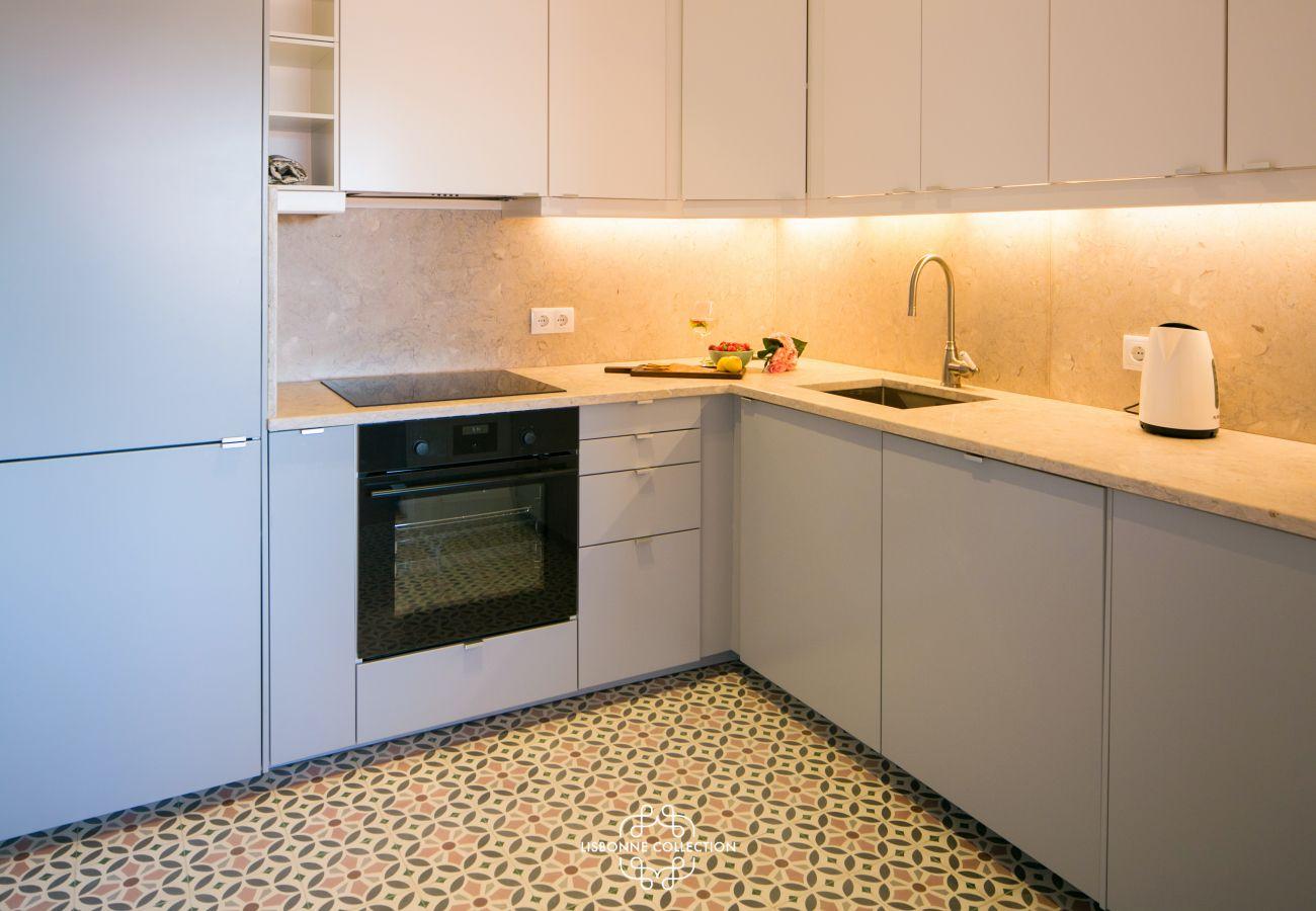 cozinha de azulejos com forno e fogão